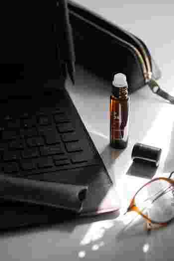 デオドラントスプレーなどで汗のニオイを抑えるときは、無香料のものを選び、香りの重ねづけにならないように気を付けましょう。香水とデオドラントスプレーの香りが混ざると、違った香りになってしまうことがあります。