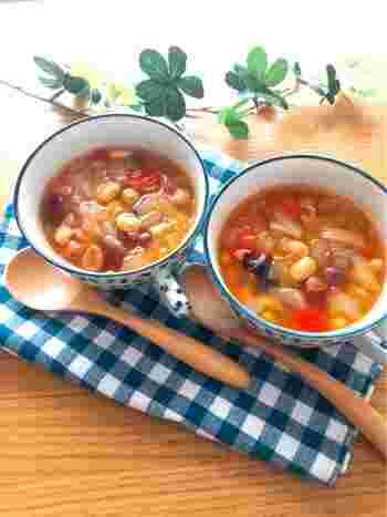 バターをたっぷり使用したロールパンには、ヘルシーなスープを合わせたいですね。ミックスビーンズと新玉ねぎがたっぷり入ったスープはいかがでしょう。強火にかけて5分で完成。トマトの酸味がさっぱりとしたヘルシーなスープです。