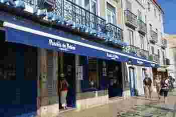 こちらの写真のお店は知る人ぞ知る、パステル・デ・ナタの老舗「パステイス デ ベレン」。リスボンに行ったら絶対に立ち寄りたい場所。本場の味を堪能できますよ♪