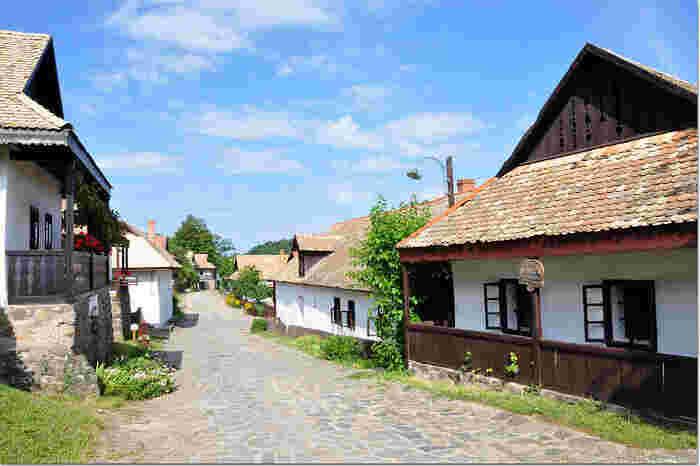 石畳が敷かれた村のメインストリート、コシュート通りの両側にはパローツ様式と呼ばれるホッロークー独自の建築技術によって建てられた伝統的家屋が軒を連ねています。