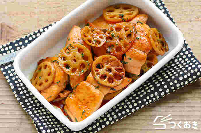 れんこん、大葉、鮭で作る見た目も豪華なおかずレシピは、れんこんの食感と大葉の香り、甘辛味の鮭の組み合わせが絶妙で、ごはんのおかわりが止まらなくなりそう。しかも調理時間は20分ほどで、冷蔵保存が5日間可能なので、夕食のおかずだけでなく、お弁当にも使えるありがた時短レシピです。