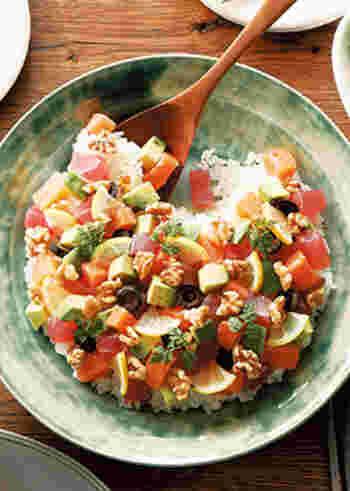 お寿司のネタとして定番のまぐろやサーモンは、くるみ・アボカド・オリーブなどの洋風素材と組み合わせると、おしゃれな洋風ちらしに変身します。くるみの独特の食感や風味がアクセントになりますよ。
