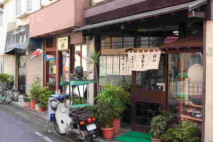松陰神社前には昔ながらの商店街が残っており、街全体でレトロな雰囲気を味わうことができます。商店街の中には新しくできたおしゃれなお店も多く、散歩するだけでも楽しい場所。渋谷や三軒茶屋まではバスで行くこともできるので、アクセス面の利便性も高いです。