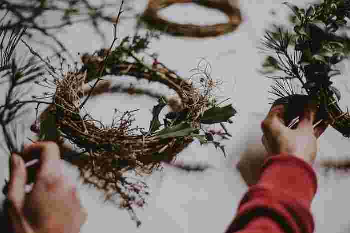 リースベースにお散歩途中で見つけたような枝や実、葉っぱをあしらって世界に一つのリースを。リボンや飾りを付けなくても自然のモチーフだけで素敵に仕上がりますね。