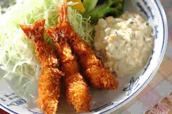 洋食といえば、やっぱり不動の人気を誇るのが海老フライ。タルタルソースを手作りすると美味しさも倍増します。 材料を刻んでマヨネーズやヨーグルトと混ぜるだけなので簡単にできちゃいますよ♪