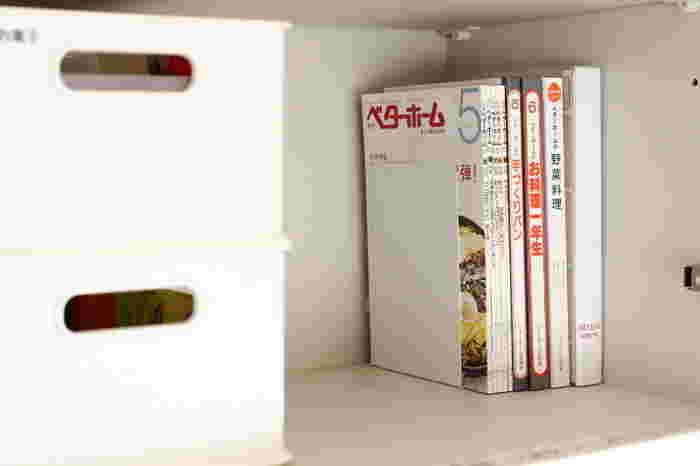 ダイソーのブックエンドは、薄型でシンプルなデザインが魅力。サイズも豊富に揃っているのでレシピ本を仕切ったり、立てて収納したランチョンマットを押さえたりとキッチンでも活躍します。