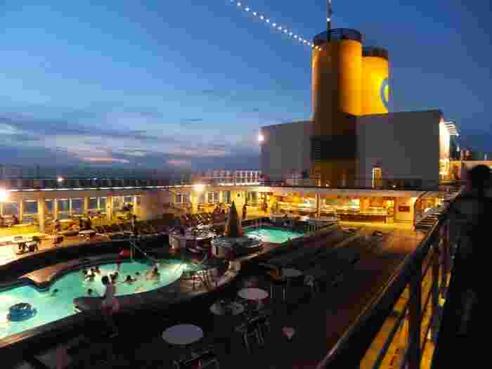 コスタ・ビクトリアには、複数のレストランとバー&ラウンジ、スパエリアやキッズルーム、カジノやプールなどがあり、船上のバカンスを思いのままに過ごせます。