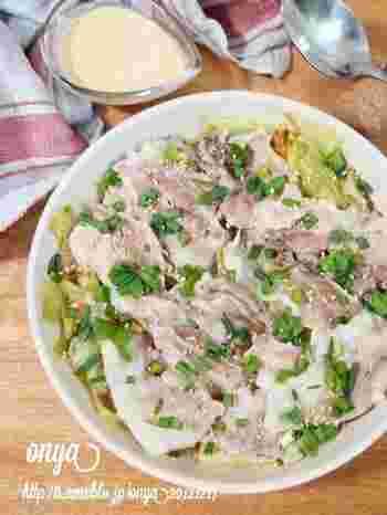 キャベツと豚バラの重ね蒸しは弱火でほったらかしにしておいたらできてしまうお手軽レシピ。豚バラの旨味が染みたキャベツは蒸したことでたくさん食べられるので、野菜不足を感じた時にもオススメですよ。