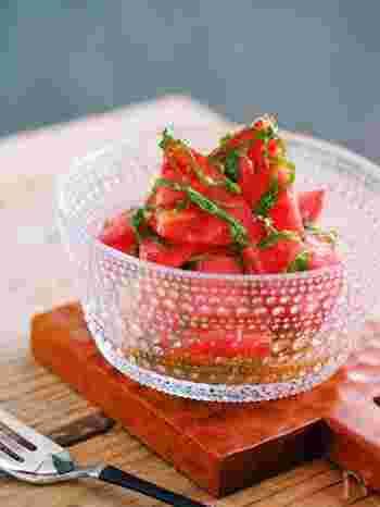 トマトと大葉の組み合わせが夏らしさ満点の一品です。白だしとレモン汁、オリーブオイルのドレッシングはトマト以外にも幅広く使えそうな万能ドレッシング!さっと和えるだけで、さっぱりとしたトマトも甘味が増してコクのある仕上がりに。和風、洋風どちらの主菜とも合いそうですね。