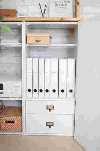 レシートやDM、子供のプリント類など、ゴチャゴチャしやすい書類をファイル別にして整頓。中途半端に空いた上の部分には、突っ張り棒を2本渡して簡易の収納スペースに。
