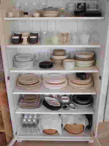 食器の収納については、入れるアイテムと入れる場所を試行錯誤して、一番使いやすいエリアを探すようにするといいでしょう。