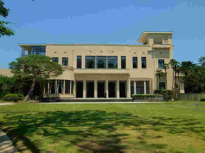 昭和8年に朝香宮邸として白金台に建築されたこの建物は、首相官邸や迎賓館を経て「東京都庭園美術館」になりました。以前は一般人が入れなかったこの邸宅はアール・デコ様式で、建設当時に流行っていたモチーフやこだわりの内装に目を奪われます。2017年11月中旬まで全面休館です。