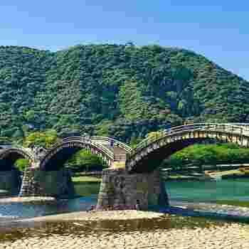 岩国の観光名所といえば錦帯橋。錦川に架かる5連のアーチが印象的な全長193.3mの木造橋です。日本三大名橋として知られ、国の名勝に指定されています。