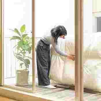 布団は早朝や夕方に干すと湿ってしまうので、干すのにベストな時間帯は午前10時~午後3時の間と言われています。干す布団の素材によって、吸湿性や放湿性が異なりますし、日光に直接当てると傷む素材もあるので、それぞれの素材に合った最適な頻度や時間を知っておきましょう。