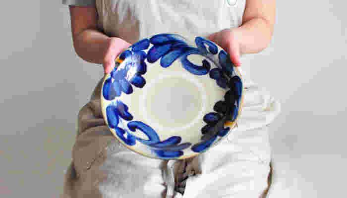 「やちむん」とは琉球の方言で「焼き物」を意味します。大らかな表情とどっしりした手触り・・・素朴で優しい味わいは、まるで沖縄の大地や人々のようにのびやかで親しみ深い器です。読谷村の「北窯」をはじめ、沖縄各地に点在する窯で作られています。