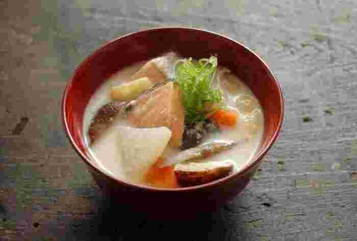 山形の名物でもある「鮭の粕汁」は、北国の寒い冬を乗り切るために昔から重宝されてきた料理です。画像のレシピは<酒粕>と甘めの<味噌>でコクを出した、鮭の粕汁です。 酒粕は日本酒のもろみを圧搾した後に残る固形物で、酵素が豊富で血行促進に優れ、体を温めてくれる食材です。ものによって味の差が大きいので、なるべく良い蔵元の日本酒から出た酒粕を使ったほうが美味しくなるそうですよ。根菜もたっぷり入れて、昔ながらの知恵が詰まったポカポカレシピを満喫しましょう。