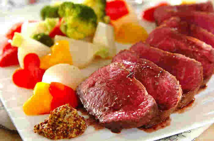 ごちそうといえばやっぱりお肉!という方も多いのでは?こちらのレシピでは、フライパンひとつで肉汁たっぷりのジューシーなローストビーフが作れますよ。