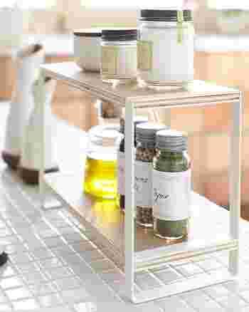 料理の際も、食卓でも使う調味料は、キッチンからもダイニングからも取り出せるように、専用スパイスラックをカウンターに置くのがおすすめ。ぐるっと一周して取りに行く手間も省けて片付けも便利に。