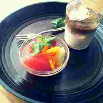 生姜のはちみつ漬けは、マリネにも活用できます。トマト、パプリカ、グレープフルーツを漬け込んで爽やかな一品に仕上げましょう♪おしゃれな前菜としてもおすすめですね。