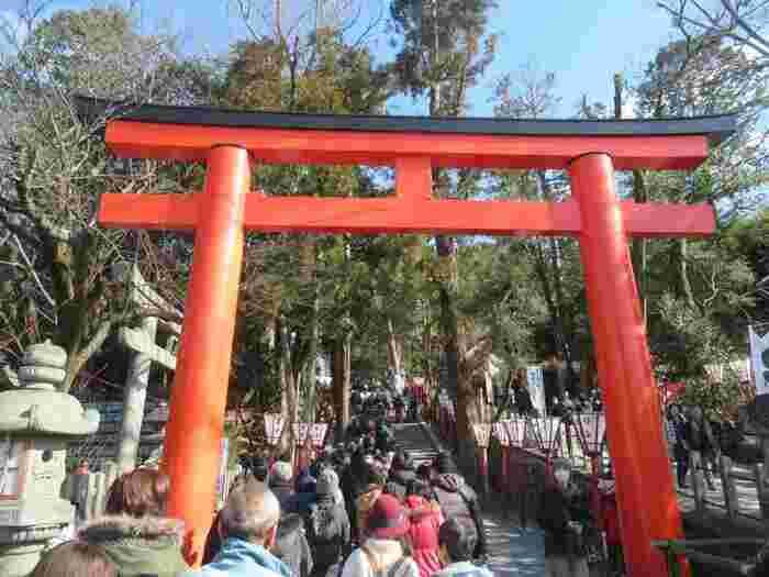 千年ほど前から京都に伝わる伝統行事のひとつ「四方参り」は、京都御所の四方の鬼門を護る、四つの神社をお参りする風習のことを言います。鬼門を護る四神社は「吉田神社」「八坂神社」「壬生寺」「北野天満宮」。この四社を巡って邪気を祓い、福を招きます。