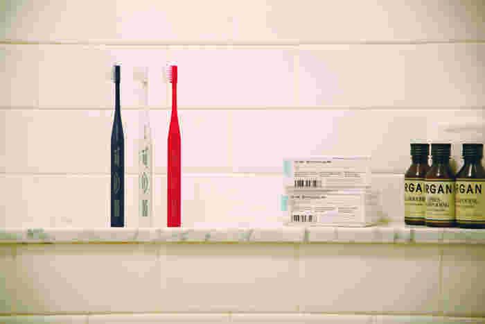 """見た目の美しさだけではなく、磨き心地や持ちやすさなど、歯ブラシに必要な機能性にもこだわった「THE TOOTHBRUSH by MISOKA」。『株式会社夢職人』の人気歯ブラシ「MISOKA」と、『THE』のコラボレーションによって誕生した""""立つ歯ブラシ""""です。累計400万本以上もの販売実績を誇る「MISOKA」の一番の特徴は、歯磨き粉を使わずに""""水""""だけで磨けること。歯ブラシの毛先に水をつけてブラッシングするだけで、汚れをさっぱりと洗い上げ、さらに汚れを付きにくくするという画期的な歯ブラシです。"""