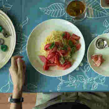 フィンランドのテーブルウェアブランド、イッタラの「ティーマ」シリーズ。食卓に置くだけで様になる美しい佇まいのティーマは、無駄を削ぎ落としてデザインされた、究極にシンプルなうつわです。