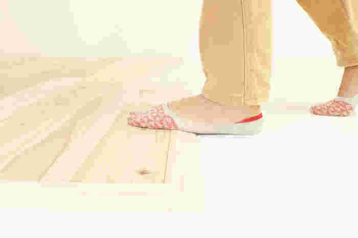 島置き利用のために、縁を抑えて段差を防ぐユカハリ・スロープも販売されています。部分使いでも段差を気にする必要がありません。子供から大人まで、すべての人に優しいユカハリ・タイルです。