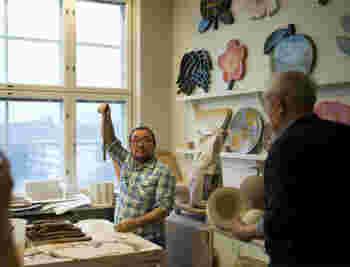 2006年にマリメッコを定年退職してからは、アラビアに籍を置き、本格的に、陶のアーティストとしての道へ。  現在は、アラビアのアート・アパートメントに所属する作家の一人として、アラビア本社9階の工房で作品を作り続けています。  ちなみに、キナリノモールでもお馴染みの北欧雑貨の通販サイト「scope」のシャチョウこと平井さんも、石本さんと仲良し。このように工房にお邪魔し、作品の制作の相談をもちかけることも、しばしばあるんだそうですよ。