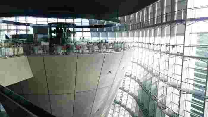 はじめにご紹介するのは、六本木の国立新美術館3階にある「BRASSERIE PAUL BOCUSE Le Musee(ブラッスリー ポール・ボキューズ ミュゼ)」です。逆円錐形の斬新な設計は、黒川紀章氏によるもの。
