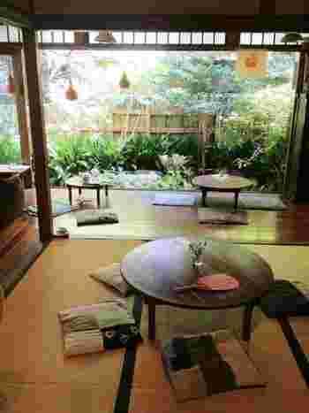 茶室として使われていた、畳の広々としたお部屋に、丸いちゃぶ台と座布団がおかれています。まるでおばあちゃんの家に来たような感覚になりますよ。縁側からは、緑豊かな中庭を眺めることができます。