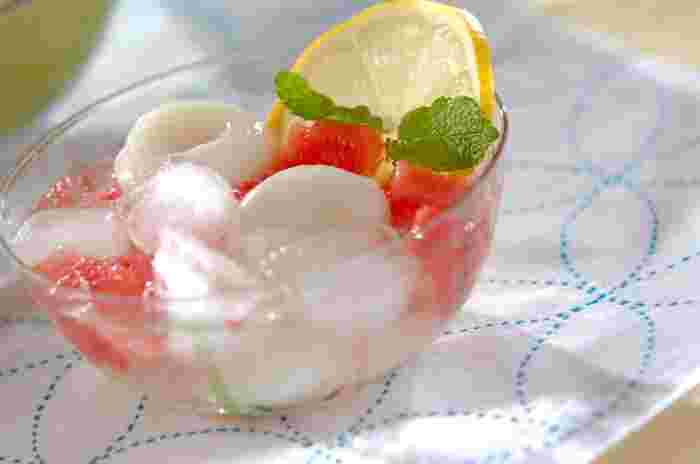 もちぷる食感の白玉に旬のみずみずしいスイカを合わせたレシピです。レモンとミントを添えて爽やかに!冷んやり氷とシュワシュワの炭酸水が暑い夏に嬉しい一品です。