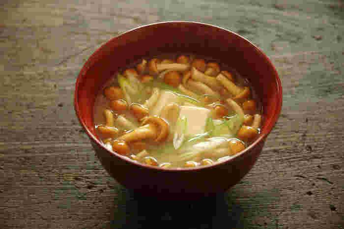 メインが具沢山の筑前煮なので、他の副菜と同じように汁物もシンプルなものがオススメです。なめこのつるつると、⾖腐の ふるふる、ネギのシャキシャキを味わえるお味噌汁を添えてみるのはいかがでしょうか。