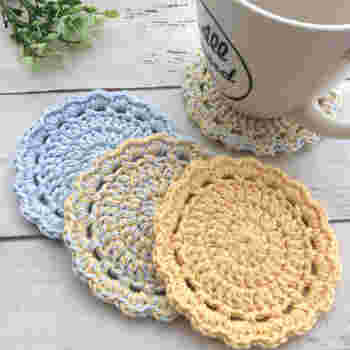 アクリルたわしはコースターとしても◎。麻糸やコットン糸で編むと一年中使えますね。  色違いで何枚か編めば、その日の気分に合わせて使い分けできるのでおすすめです♪