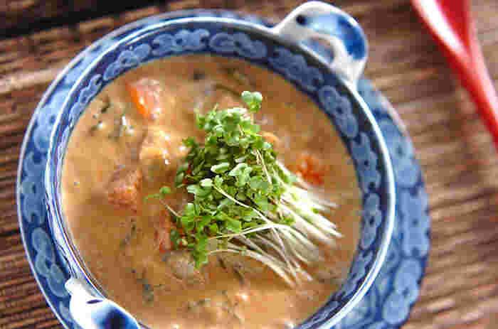 ヘルシーな豆乳に、シジミ、根菜、めかぶなどを加えた栄養たっぷりのスープです。