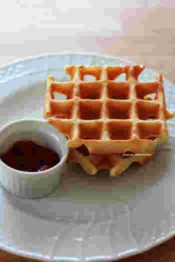 ワッフルメイカーがあれば、ヘルシーな本格的ワッフルが簡単に!豆乳を使うと、もちもちとした食感が出しやすくなるんだそう。