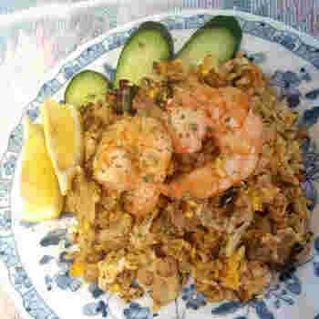 タイ風炒飯・カオパットは、エビやイカの旨味があとをひく美味しさ。ナンプラーとウェイパー中心で決まるので味付けは簡単。手軽ながら、ランチに本格的なアジアンを味わえます。