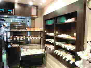 テイクアウトのみの小さな店内ですが、棚には魅力的なパンがびっしりと並びます。中でも、魚介類を使ったフォカッチャやサバサンドなど、新鮮な素材が手に入る築地だからこそのメニューが特徴的。また、最近ではクマの形をしたくまパンが人気で、お店に並ぶとすぐに売り切れてしまうのだとか。