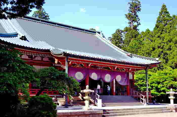 国の重要文化財に指定されている大講堂は、大日如来をご本尊とする寺院建築物です。ここには、延暦寺で修行をした日蓮、道元、栄西、円珍、法然、親鸞、良忍、真盛、一遍といった高僧の像が安置されています。