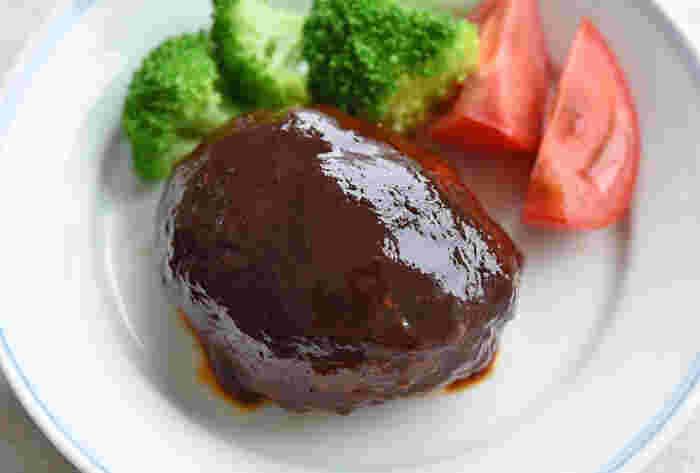 とてもシンプル、だけど食べ飽きない基本のハンバーグ。ケチャップ・ウスターソース・醤油を使った家庭的でどこか懐かしいソースは、心が温まる贅沢な美味しさです。