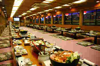 船内のお座敷でいただける贅沢なお料理たちは、天ぷら、お刺身、もんじゃなど…。お好きなお料理で屋形船を選ぶこともできます。