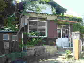 築80年の古民家をリノベーションし、どこか懐かしくアットホームな雰囲気が人気です。2014年放送の小泉今日子さん主演のドラマ『続・最後から二番目の恋』に出てくる「カフェナガクラ」のモデルとなったカフェ。そのため、休日には未だに行列が絶えないとか。