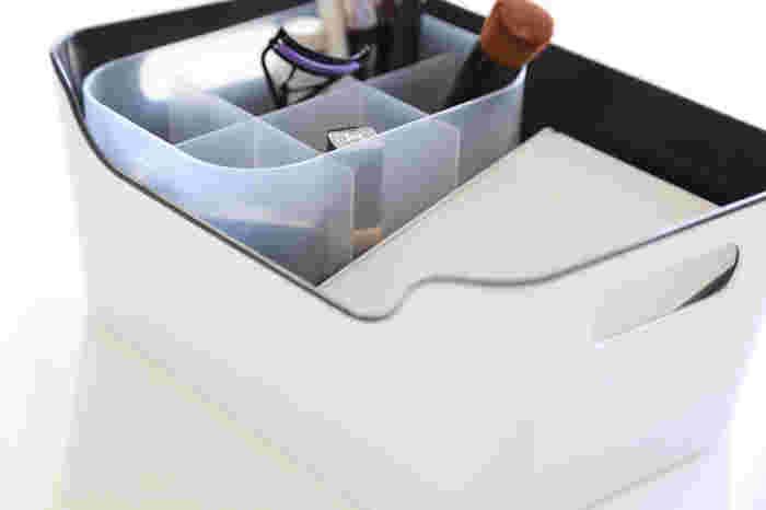 イケアのボックスに、ダイソーの仕切り付きボックスを組み合わせて。空いたスペースに鏡などを収納。このボックスひとつでメイクが完成する優れもの。