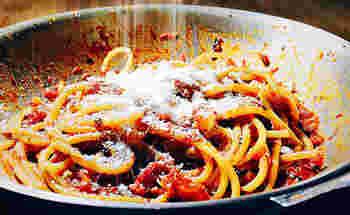 トマトにベーコンを入れ煮詰めるアマトリチャーナ。ベーコンの代わりにパンチェッタを使うと、より本格的です。粉チーズをたっぷり振って召し上がれ。