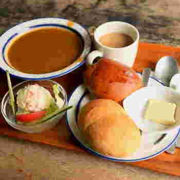 モーニングは、クロワッサンやこちらのカレーパンセットが有名ですが、サンドイッチなどもあるようです。 そして、ミルクコーヒーに、ポテトサラダが付いてお腹も心も大満足ですね。
