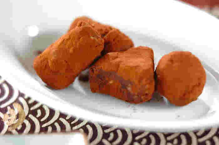 蒸して潰したさつまいもと、溶かしたチョコレートを混ぜて冷まして完成です。食べる時にココアパウダーをまぶしたら、より美味しくなりますね。一瞬生チョコかな?と思うような贅沢食感です。