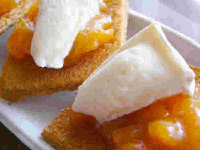柿ジャム、黒糖食パン、カマンベールチーズで作るカナッペは、小腹が空いたときのデザートや、ワインのおつまみにも合い、つい飲み過ぎてしまいそう。