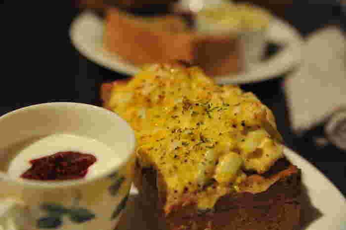 人気モーニングが、こちらのたまごトースト。こぼれ落ちそうなほどたっぷりのつぶし玉子が厚切りトーストにのせられています。ドリンクのお値段で、ボリューミーなトーストと自家製のジャム入りのヨーグルトとが付いてくるなんてうれしい♪