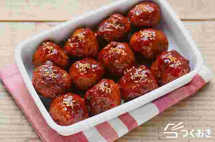 豚ひき肉で作る定番の肉団子。甘酢あんは肉団子とよくあい、おかずやおつまみ、お弁当にも使えます。こちらは嬉しいことに冷凍保存も可能で、キレイに冷凍保存できるコツも紹介されているので覚えておくと忙しい夜のおかずや、お弁当作りに重宝しそう。