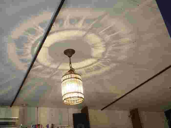 天井にはライトの模様が映り込み、幻想的な雰囲気も味わえます。