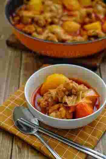 タットリタンとは、鶏肉や野菜を辛いスープで煮込んだ韓国の鍋料理のようなもの。しめは、残った肉や野菜などとともにご飯を炒めるポックパンパがおすすめ。夏の冷房で冷えた体もぽかぽかに温まります。フライパンでもできますので、ぜひ。